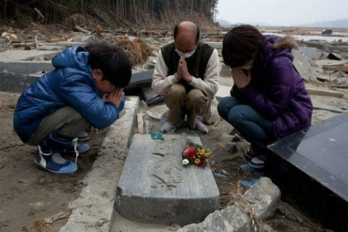 japan tsunami, praying