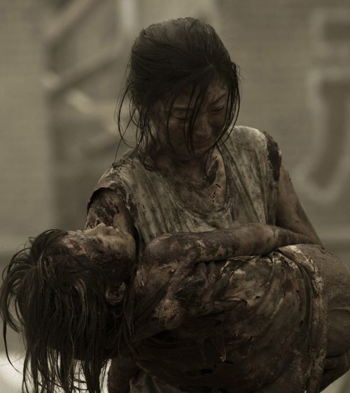 Japan Tsunami, girl holding dead daughter