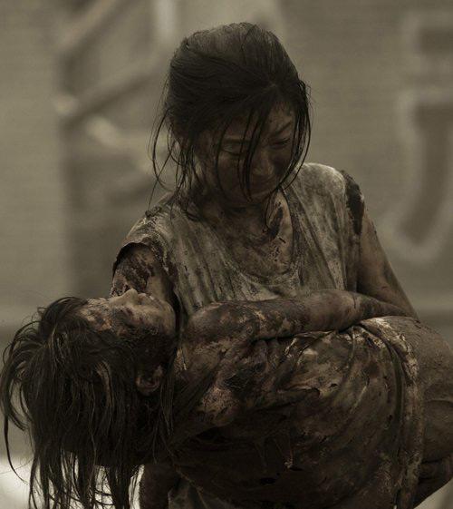 Japan Tsunami, girl holding dead daughter